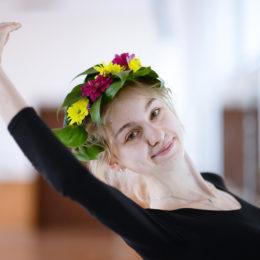 Девушка-весна уже танцует
