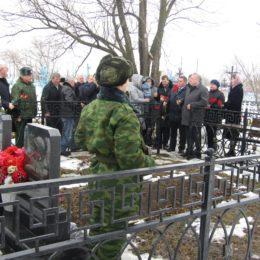 В Курманаевском районе на могиле Героя России побывал депутат Госдумы