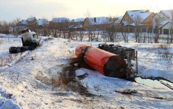 Под Оренбургом перевернулся нефтевоз